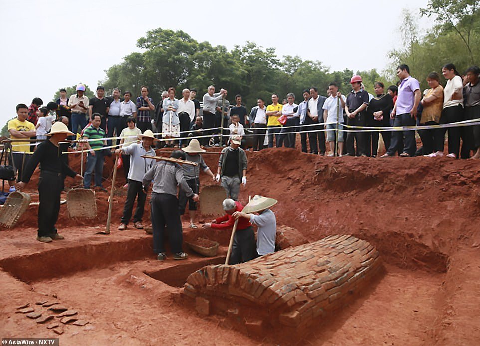 tomb of couple excavated in China